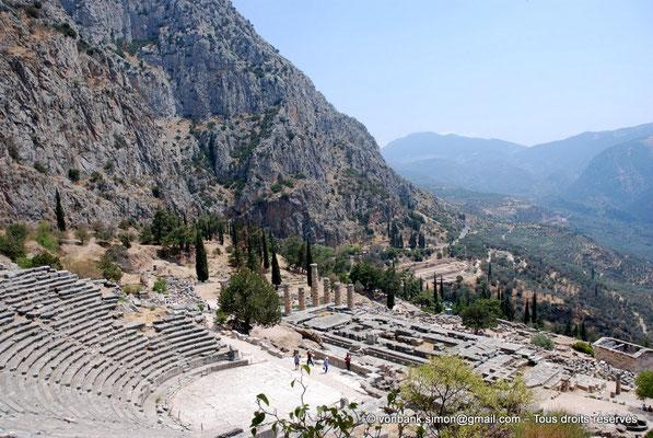 [NU901-2008-0171] GR - Delphes - Théâtre : Orchestra et Cavea (vue partielle) - devant, le temple d'Apollon puis le Trésor des Athéniens - en arrière-plan, le site du gymnase