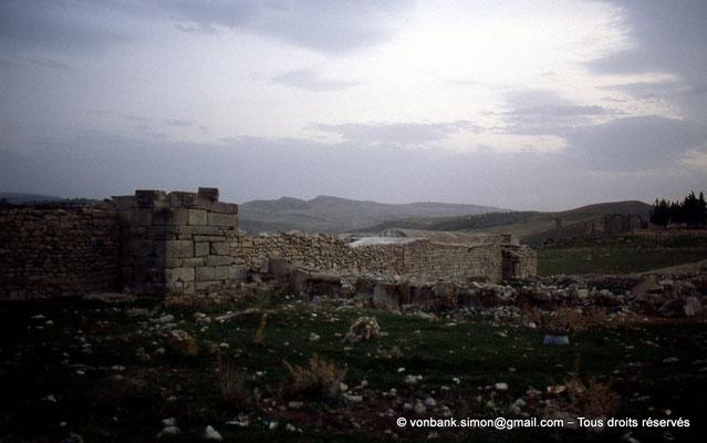 [004-1983-10] Ksour Abd el Malek (Uzappa) : Bordj du Cheikh Abd el Melek - Enceinte limitée par un mur édifié avec des matériaux appartenant à des monuments détruits