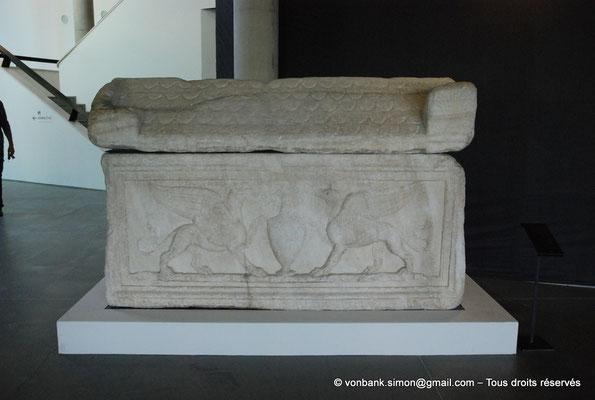 [NU001k-2018-0065] Arles (Arelate) : Sarcophage aux centaures, II° siècle - Provient des Alyscamps - Deux griffons de part et d'autre d'un vase