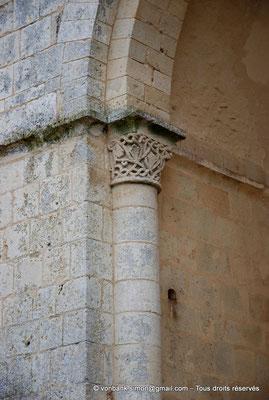 [NU904-2015-0016] 17 - Trizay - Prieuré Saint-Jean l'Évangéliste : Chapiteau de l'absidiole Sud située à droite de la chapelle axiale