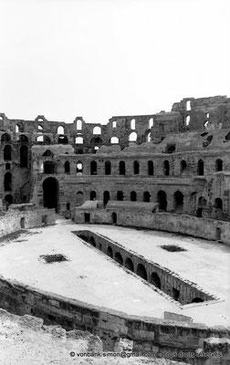 [NB012-1981-11] El Djem (Thysdrus) : Amphithéâtre - Arène et ses cellules souterraines