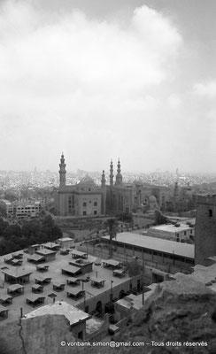 [NB072-1973-32] Le Caire - Mosquée Mohamed Ali Pacha : Depuis le belvédère, vue sur la mosquée du Sultan Hassan et, à sa droite, sur la mosquée Al Rifaï
