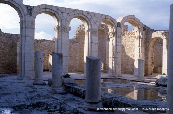 [034-1983-17] Makthar (Mactaris) : Grands thermes du Sud-Est - Palestre Nord-Est et son portique Nord