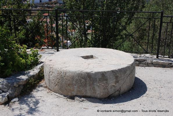 [NU900x-2013-0230] Crète - Argyroupoli : Meule en pierre ou base de colonne (?)