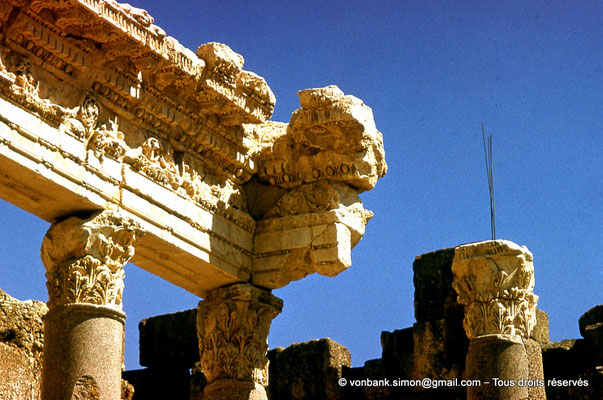 [085-1973-23] Baalbek - Temple de Jupiter : Grande cour (partie Nord)
