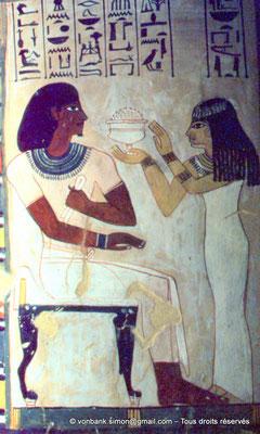 [065-1981-35] TT 96B - Sennefer : Pilier 1 [Sud-Est] (Face Est) Merryt offre des onguents au défunt (chambre funéraire)