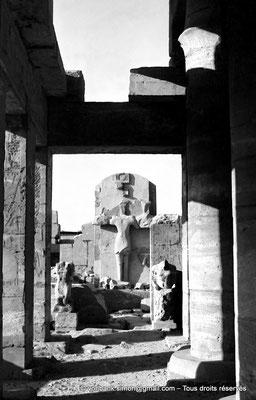 [NB074-1973-10] Karnak - Akh-Menou : Statue de la Triade : Amon, Mout et Khonsou