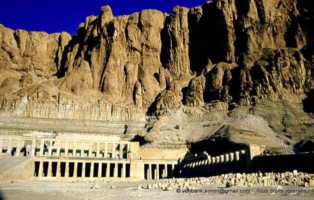 [080-1973-07] Deir el-Bahari : Temple d'Hatchepsout - Deuxième cour et son portique