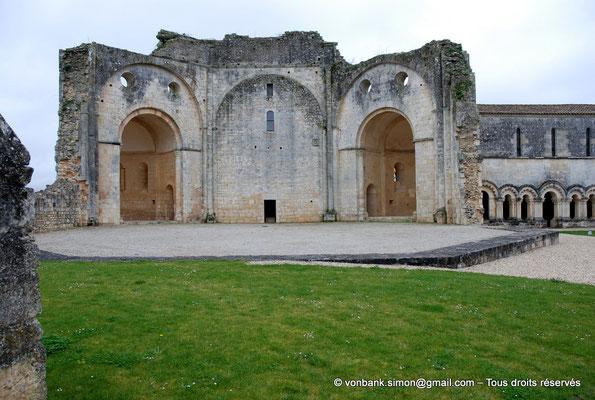 [NU904-2015-0009] 17 - Trizay - Prieuré Saint-Jean l'Évangéliste : Ruines de l'église - Espace octogonal - Absidioles Nord et Sud