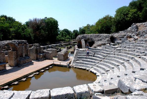 [NU902-2010-104] Butrint (Buthrotum) : Théâtre (Cavea, Orchestre inondé, Scène, Mur de scène) - en arrière-plan, adossé à la cavea, le sanctuaire d'Asclépios