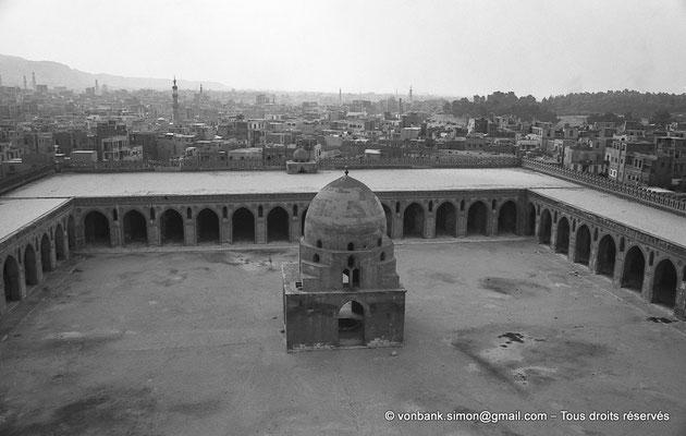 [NB073-1973-73] Le Caire - Mosquée Ibn Toulon : Pavillon des ablutions vu depuis le minaret