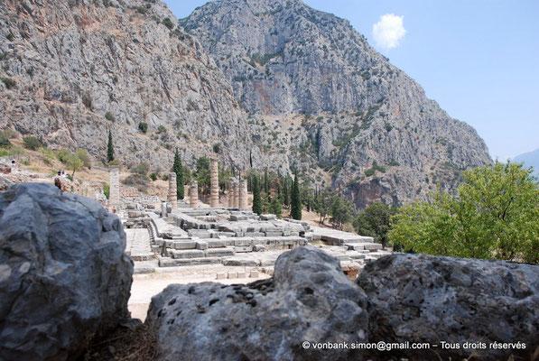 [NU901-2008-0184] GR - Delphes - Temple d'Apollon : La base du temple (vue depuis l'Ouest) - en arrière-plan, le mont Parnasse