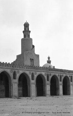 [NB073-1973-55] Le Caire - Mosquée Ibn Toulon : Minaret en forme de spirale - En arrière-plan, le haut du minaret de la mosquée Sarghatmich