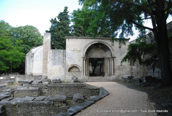 [NU001i-2018-0018] Arles - Les Alyscamps : Eglise Saint-Honorat - L'entrée initiale de l'église (portail roman restauré au XX° siècle) et la nécropole