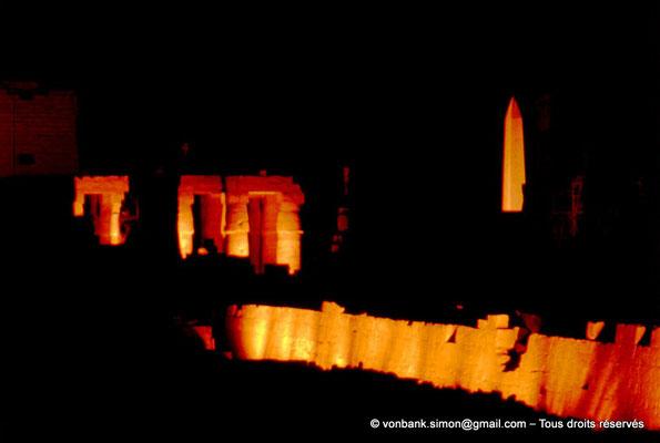 |081-1973-08] Karnak - Son et lumière : Colonnes à chapiteaux papyriformes fermés de la salle hypostyle - Obélisque de Thoutmôsis Ier