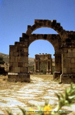 [070-1978-08] Djemila (Cuicul) : Arc de l'Est - En arrière-plan, l'arc de Caracalla