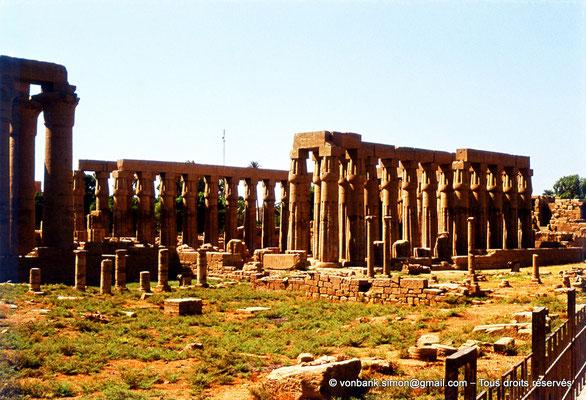 [080-1973-40] Louxor - Temple d'Amon-Rê : Colonnade et cour d'Aménophis III
