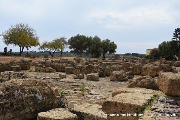 [NU906-2019-1605] Agrigente - Temple des Dioscures (Castor et Pollux) : A proximité (au Sud), ruines éparses du temple L (V° siècle avant J.-C.)