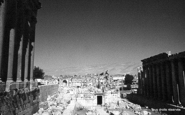 [086-1973-17] Baalbek : Colonnes du Temple de Jupiter - Bas-côté Sud-Est de la Grande cour - Côté Nord-Ouest du Temple de Bacchus