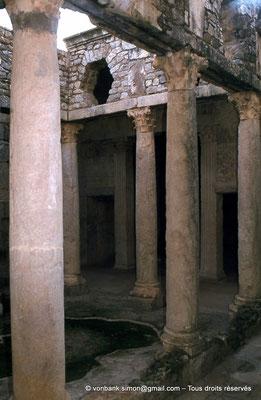 [079-1979-23] Bulla Regia : Maison de la chasse - Etage souterrain : Péristyle orné de colonnes à chapiteaux corinthiens