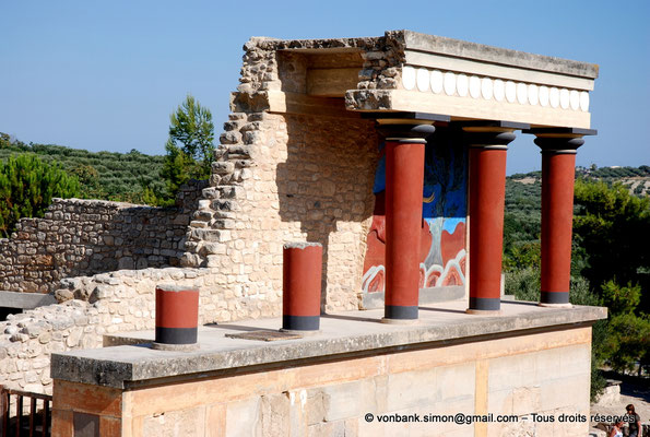 [NU905-2011-162] Cnossos (Crète) : Entrée Nord avec l'un des vestibules à colonnes partiellement reconstitué