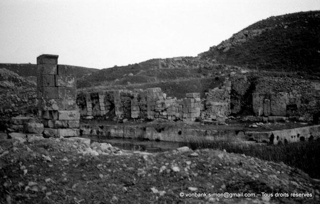 [NB034-1978-73] Khemissa (Thubursicu Numidarum) : Nymphée - Bassin rectangulaire avec ses constructions en bordure du quai