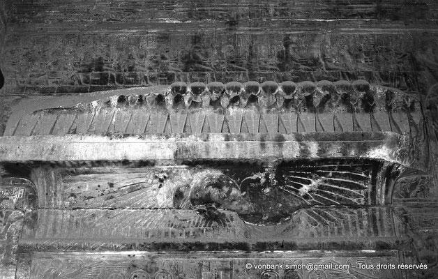 [NB070-1973-60] Karnak - Temple d'Opet : Salle centrale - Linteau de la porte d'accès à la Salle Sud - Disque solaire surmonté d'une frise d'uraeus