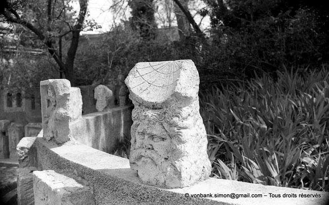 [NB038-1978-31] Timgad (Thamugadi) : Musée - Tête et cadran solaire