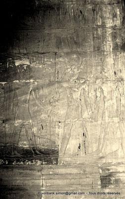 [NB086-1981-05a] Louxor - Temple d'Amon-Rê : Chambre de la barque d'Amon (détail paroi Est) - Le dieu Montou introduit Alexandre auprès d' Amon-Rê en lui donnant la vie