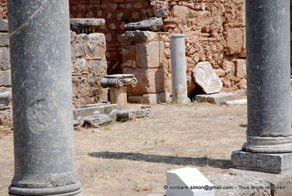 [NU901-2008-0145] GR - Delphes - Sanctuaire d'Apollon : Portique Nord (vue partielle, Agora romaine)
