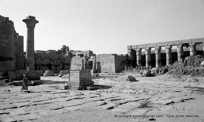 [NB077-1973-44] Karnak - Grande cour : Chapelle-reposoir de la barque et colonne de Taharqa - En arrière-plan, Temple de Ramsès III et portique de Chechonq Ier