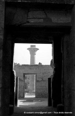 [NB075-1973-04] Karnak - Temple de Ramsès III : Porte d'entrée, vue prise depuis la porte de la cour hypostyle - En arrière-plan, colonne de Taharqa