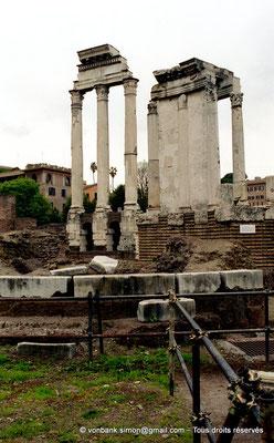 [C010-2001-05] Rome - Forum Romanum : Temple des Dioscures (Castor et Pollux) - en arrière-plan, le Temple de Vesta