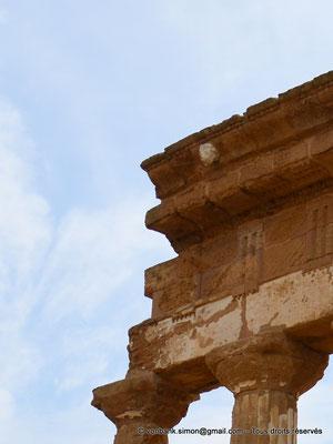 [NU906-2019-1608a] Agrigente - Temple des Dioscures (Castor et Pollux) : Gouttière en forme de tête de lion (détail de la partie haute de l'angle Nord-Ouest du temple)