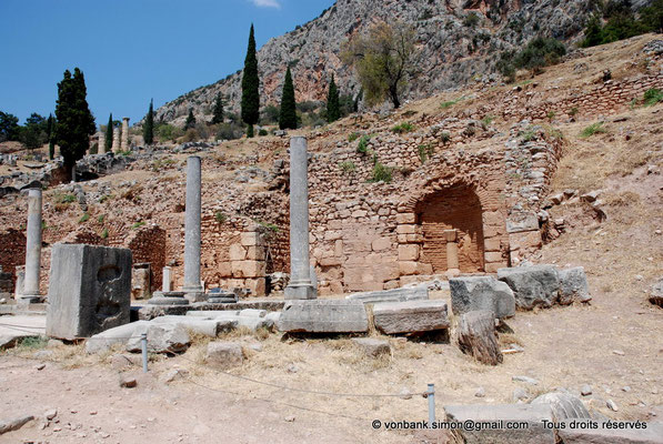 [NU901-2008-0140] GR - Delphes - Sanctuaire d'Apollon : Précédant l'entrée du sanctuaire, l'Agora romaine et son Portique Nord derrière lequel s'alignaient des boutiques d'offrandes et de souvenirs