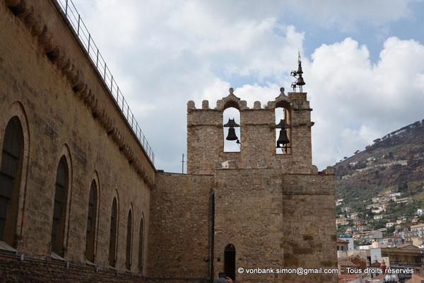 [NU906-2019-1741] Santa Maria Nuova (Monreale) :  Chambre des cloches couronnée de créneaux de la tour de gauche (XVI°) (Façade Nord)