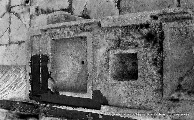 [NB059-1978-26] Djemila (Cuicul) : Marché de Cosinius - Table de mesures (Trois mesures percées, en bronze, venaient s'emboiter dans les emplacements prévus à cet effet)
