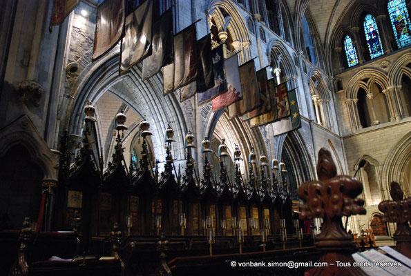 [NU002p-2016-0118] Dublin - Cathédrale Saint-Patrick - Chœur : Stalles utilisées par les chevaliers de l'Ordre de Saint-Patrick (1783-1922) avec cimiers et drapeaux