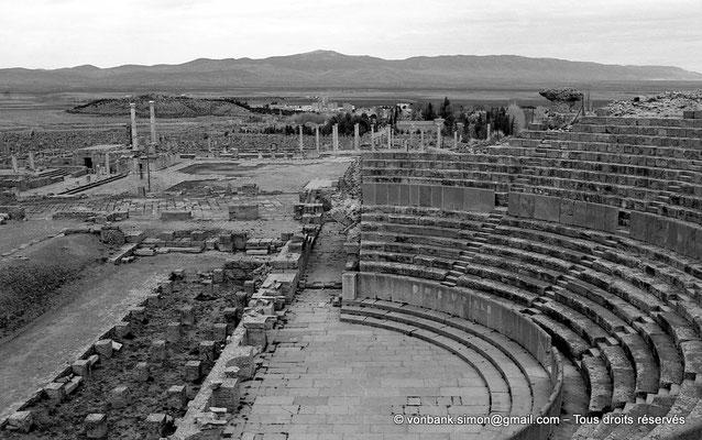 [NB022-1978-30] Timgad (Thamugadi) : Théâtre - Vue partielle de la cavea depuis son angle Sud, en arrière-plan la face Ouest du forum
