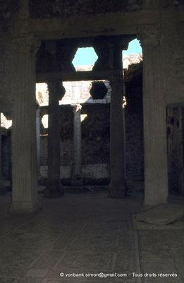 [079-1979-25] Bulla Regia : Maison de la chasse - Etage souterrain : Salle et péristyle orné de colonnes à chapiteaux corinthiens
