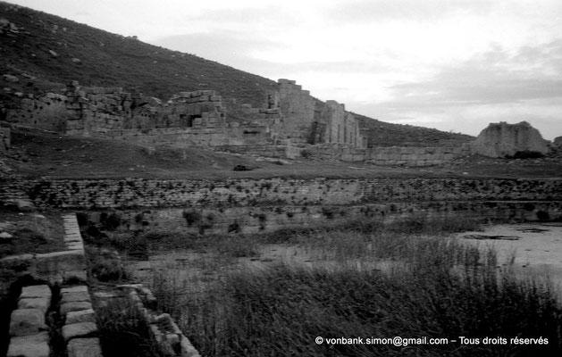 [NB034-1978-71] Khemissa (Thubursicu Numidarum) : Nymphée avec en arrière-plan du bassin, le mur de façade du théâtre