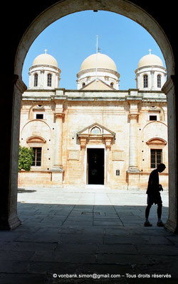 [C008-2004-21] Agia Triada : Vue partielle de la façade du catholicon (église orthodoxe)