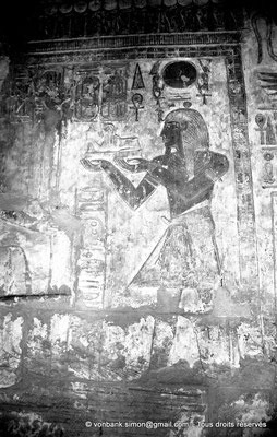 [NB078-1973-12] Karnak - Temple de Khonsou : Ramsès IV fait une offrande à la divinité (salles latérales)