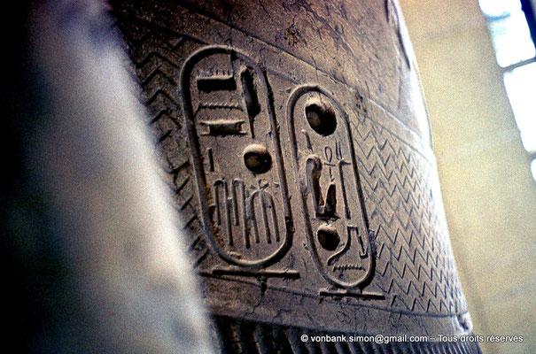 [087-1973-26] Memphis : Statue colossale de Ramsès II (détail : cartouches du Roi)
