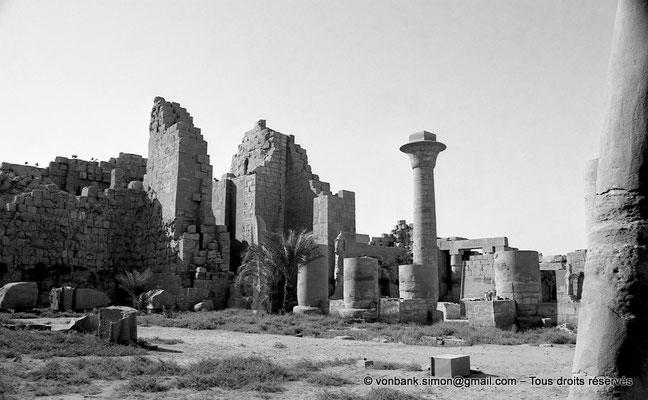 [NB077-1973-54] Karnak - Grande cour : Kiosque de Taharqa - En arrière-plan Porte du deuxième pylône et statue de Ramsès II