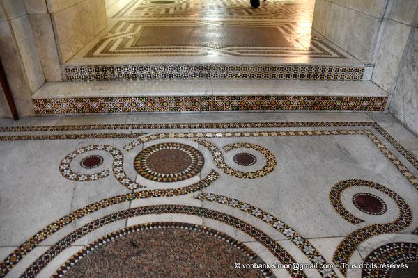 [NU906-2019-1714] Santa Maria Nuova (Monreale) :  Sol couvert de mosaïques de marbre, porphyre et granit