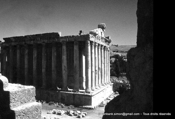 [085-1973-16] Baalbek : Temple de Bacchus - Arrière du temple et sa colonnade du bas côté