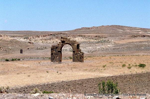 [010-1978-01] Lambèse (Lambaesis) : Arc de Commode - en direction de Timgad