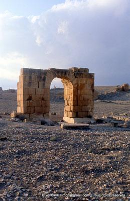 [034-1983-05] Haïdra (Ammaedara) : Petit arc de la rive droite - En arrière-plan, la citadelle byzantine