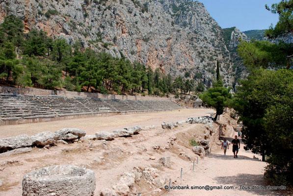 [NU901-2008-0179] GR - Delphes - Stade : Ce n'est qu'à l'époque de l'empereur Hadrien (117-138 après J.-C.) que des gradins ont été aménagés